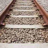 रेल की पटरी पर पत्थर क्यों होते है?